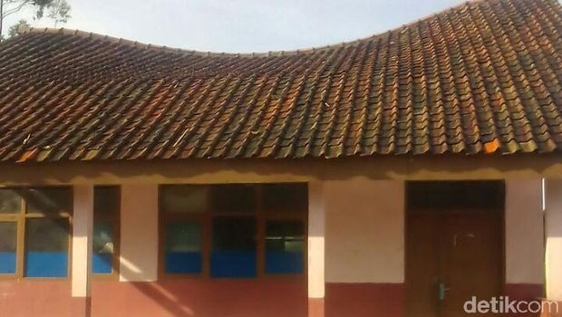 Atap salah satu bangunan SD terlihat melengkung
