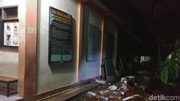 Puing-puing dinding SMKN 3 runtuh jawaban diguncang gempa