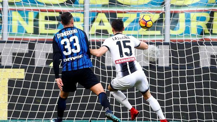 Udinese unggul duluan lewat Kevin Lasagna setelah menjebol jala Inter Milan dari jarak dekat (Alessandro Garofalo/Reuters)