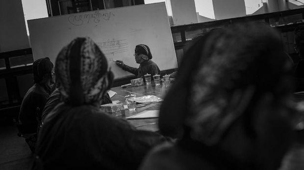 Abdi dalem mengikuti kelas pamulangan atau membaca dan menulis aksara Jawa di perpustakaan kompleks Keraton Ngayogyakarta Hadiningrat, Selasa (22/11). ANTARA FOTO/Hendra Nurdiyansyah/17.