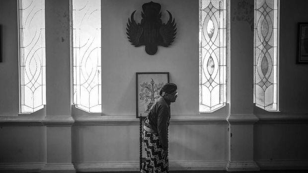 Kanjeng Mas Tumenggung Projosuwasono sebagai pengampu macapat di perpustakaan kompleks Keraton Ngayogyakarta Hadiningrat, Selasa (22/11). ANTARA FOTO/Hendra Nurdiyansyah/17.