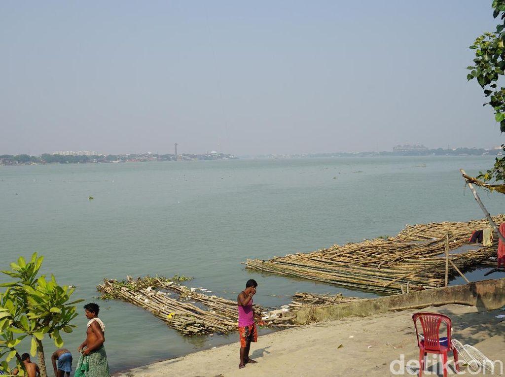 Foto: Sungai Suci yang Jadi Tempat Mandi di Kolkata, India