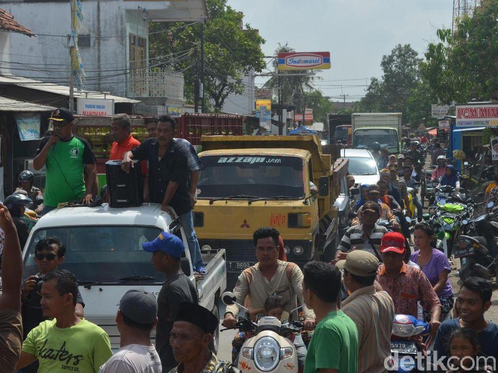 Puluhan Warga Panguragan Cirebon Demo Tolak Gudang Limbah Medis