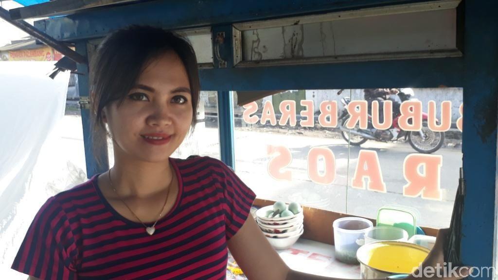 Foto: Ini Teh Tati, Penjual Bubur Cantik di Majalaya yang Viral