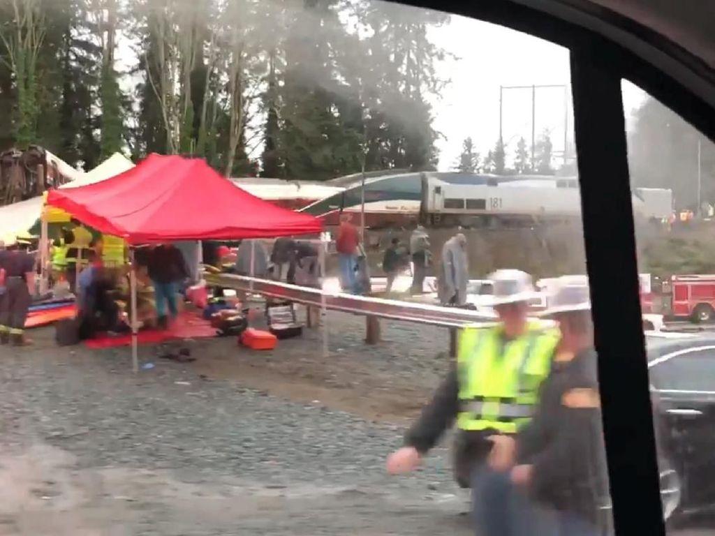 77 Orang Dibawa ke RS dalam Insiden Kereta Jatuh dari Jembatan