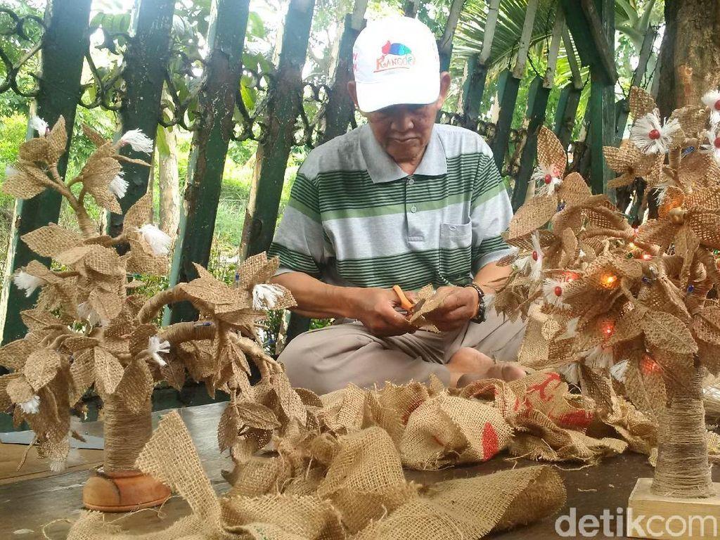 Unik! Ada Pohon Natal Mini dari Karung Goni di Bandung
