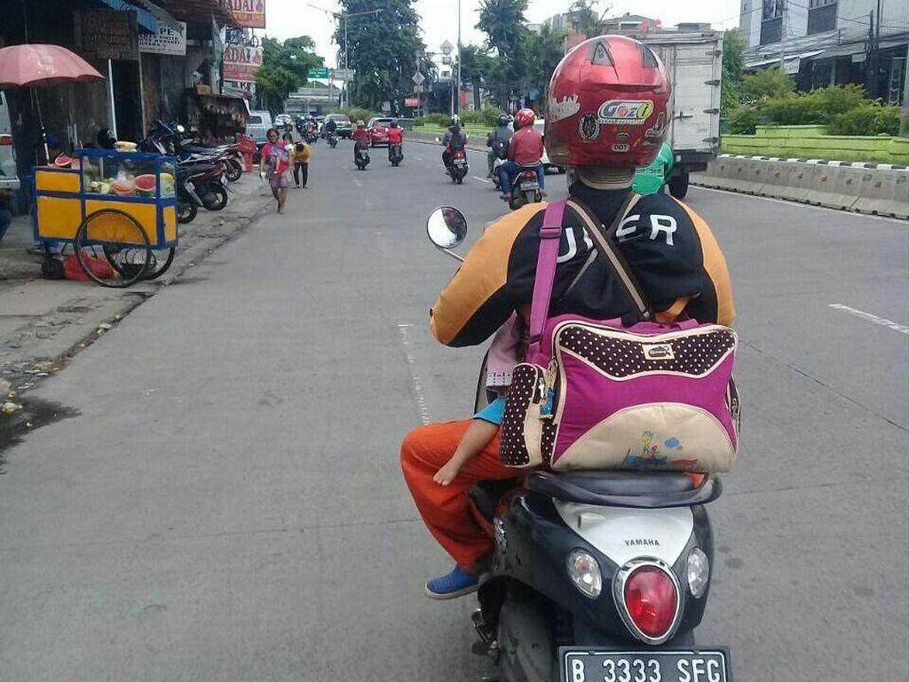 Kata Uber Soal Foto Viral Driver Ojek Narik Sambil Gendong Anak