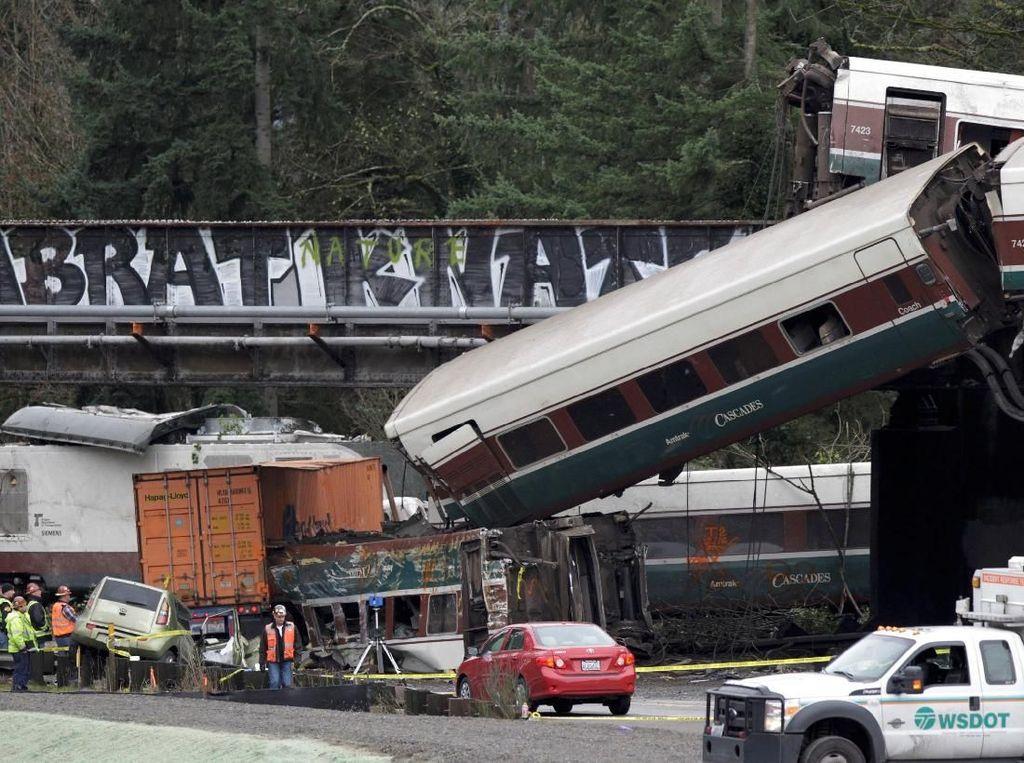 Kereta yang Terlempar dari Jembatan di AS Melebihi Batas Kecepatan