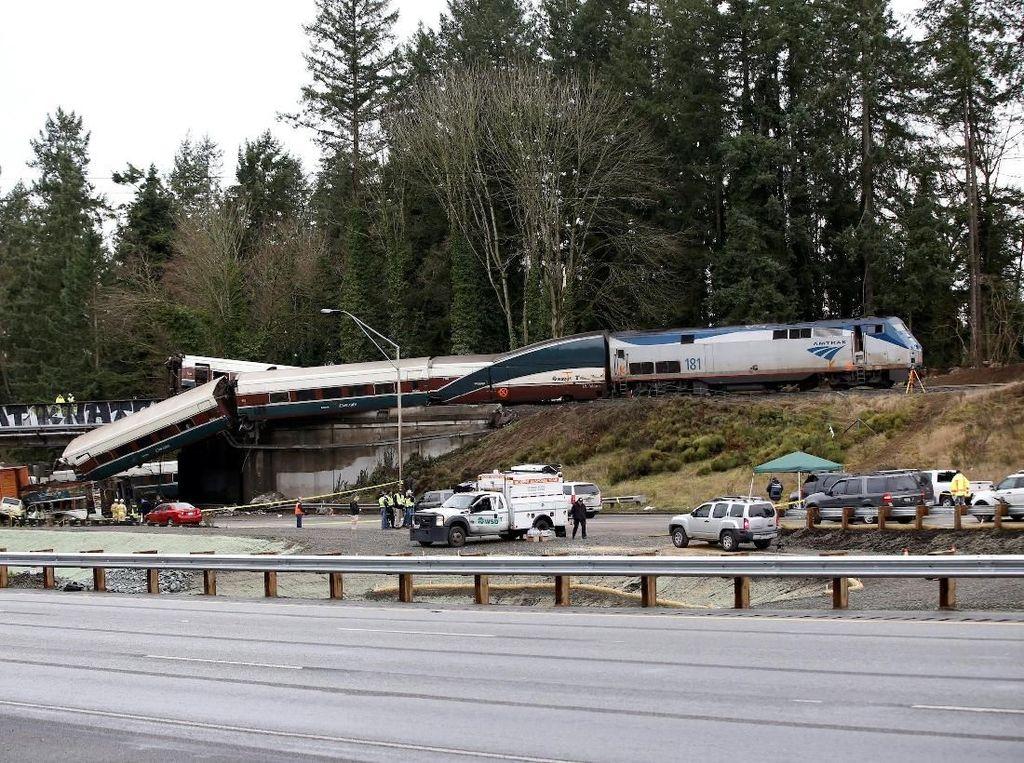Foto: Melihat Bagian Kereta Amtrak yang Patah dan Timpa Mobil