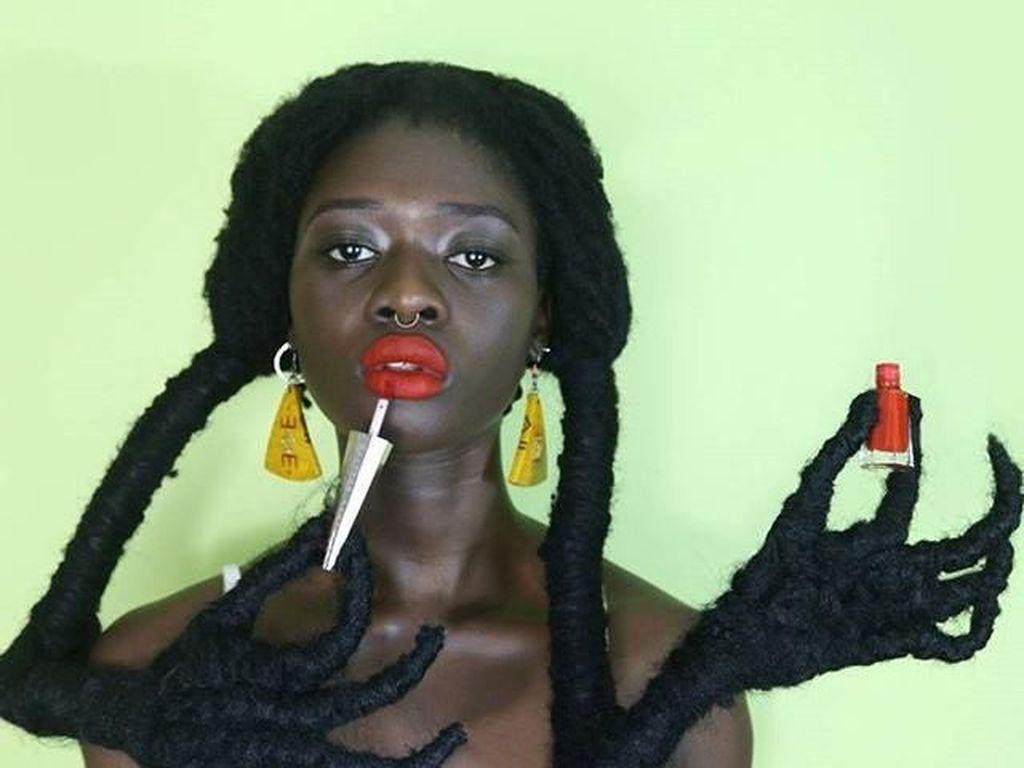 Viral, Gaya Fashion Designer Pegang Lipstik Rihanna Pakai Rambut