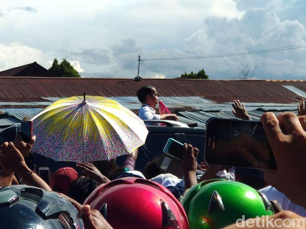 Tak Cuma Prabowo, Jokowi Juga Pernah Sapa Warga Lewat Sunroof