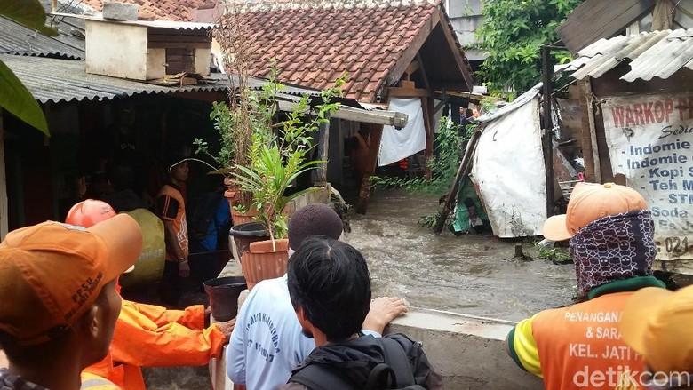 Warga Kebanjiran, Ini Penampakan Tanggul di Jati Padang yang Jebol