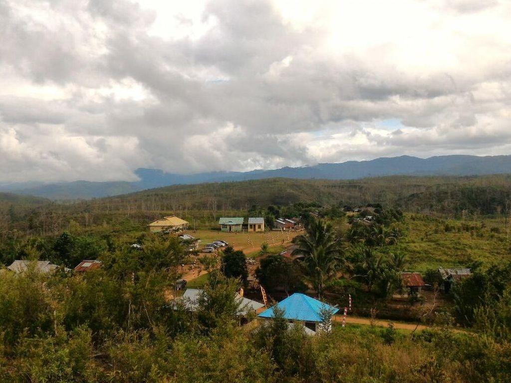 Dapat Lampu Tenaga Surya, Pulau Buru Kini Terang Benderang