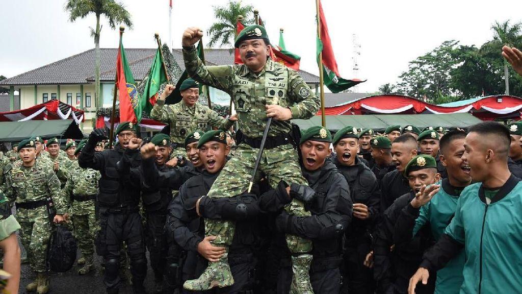 Momen Marsekal Hadi dan Letjen Edy Diarak Prajurit Kostrad