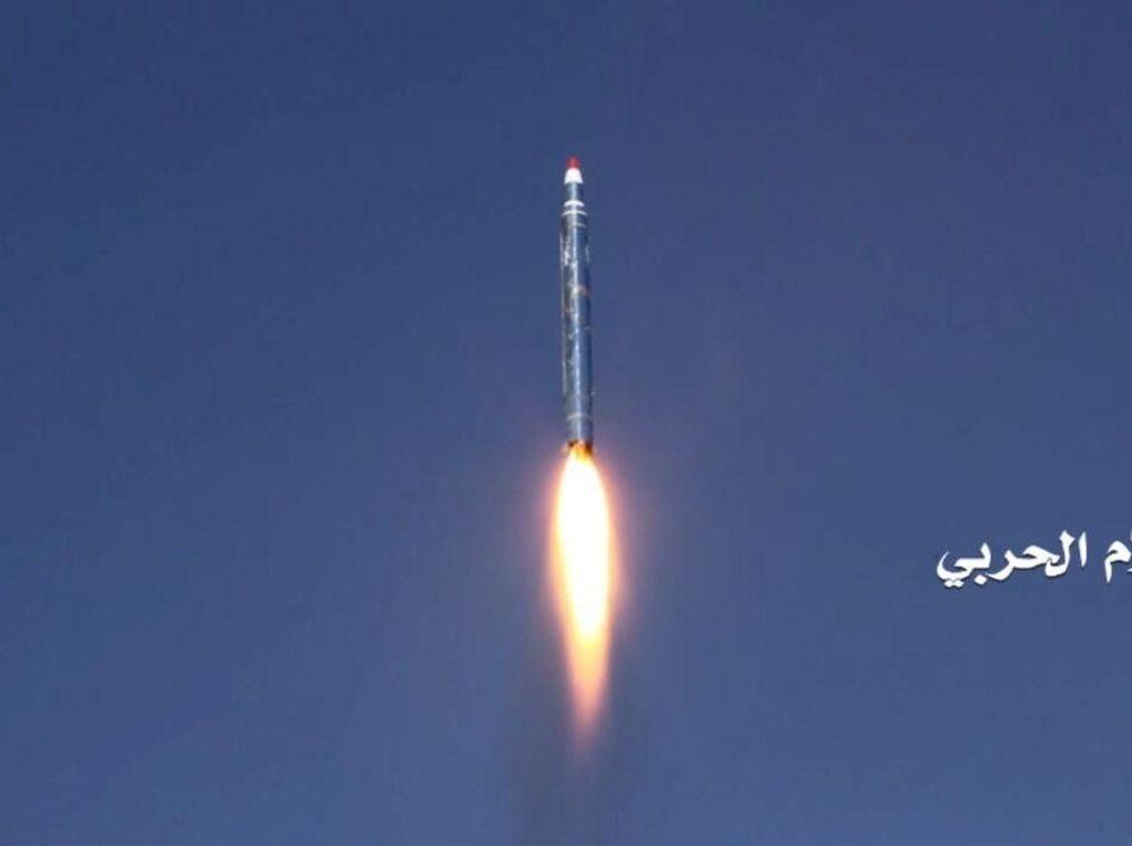 Foto: Houthi Tembakkan Rudal ke Istana Raja Salman, Tapi Gagal