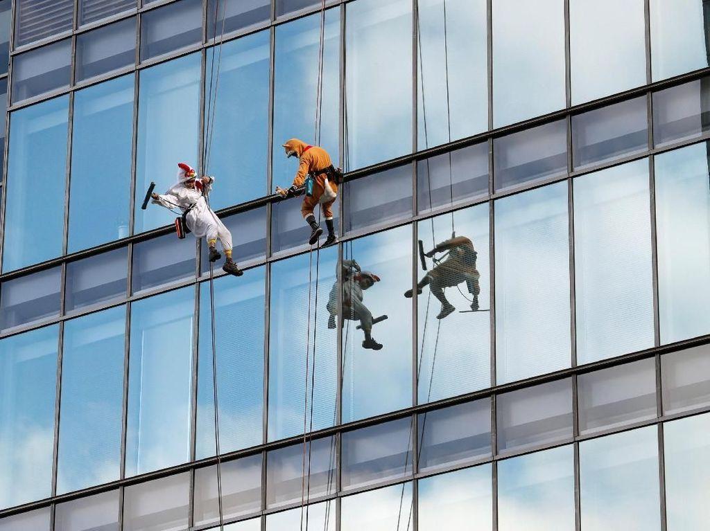 Ekstrem! Pembersih Jendela Pencakar Langit di Tokyo Pakai Kostum Ayam