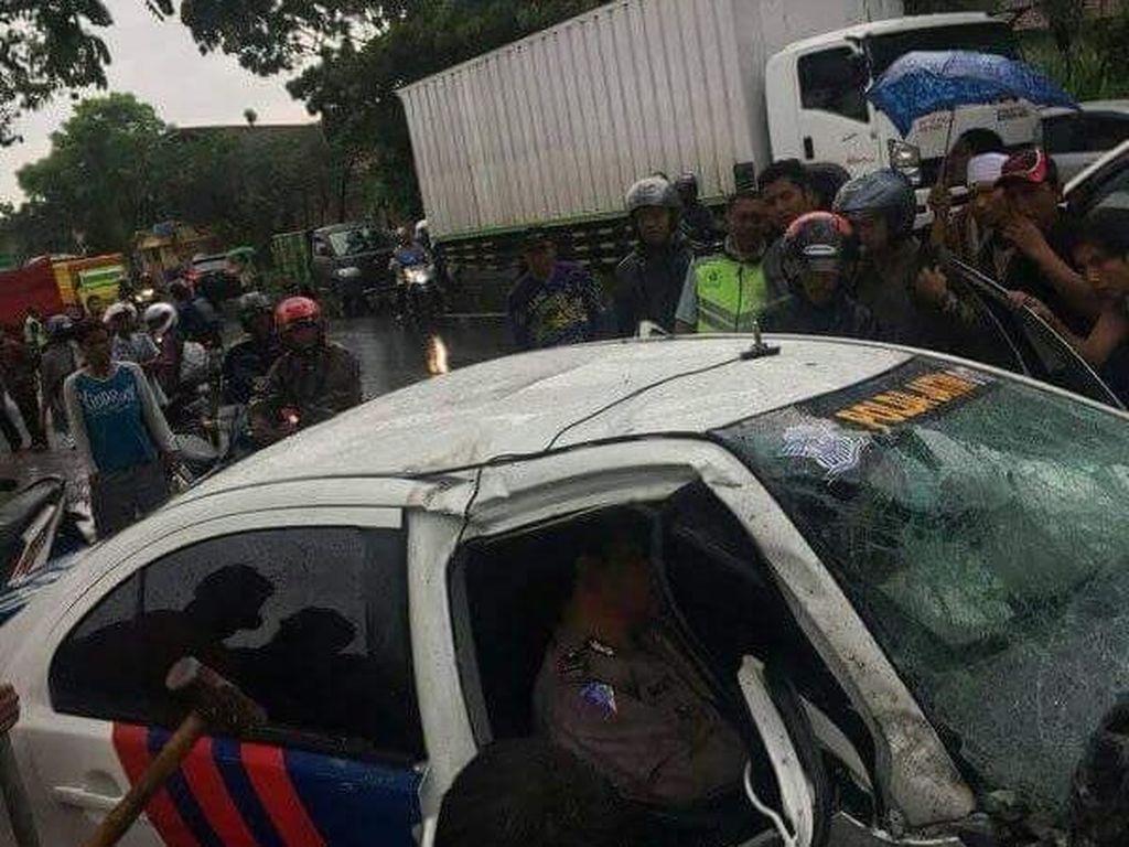 Kawal Rombongan, Mobil Patwal Tertabrak Truk di Probolinggo