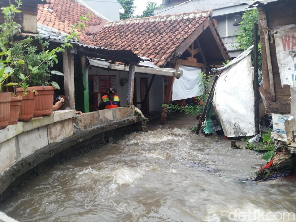 Potret Tanggul Kali Pulo Jati Padang yang Jebol dan Bikin Banjir