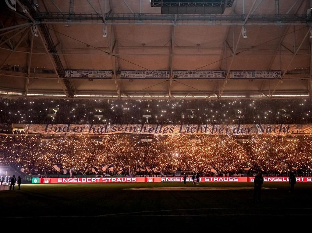 Keren! Ribuan Fans Schalke Nyalakan Kembang Api di Stadion