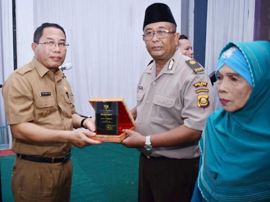 Bangun Pesantren Gratis, Aiptu Fahrizal Diberi Awards dari Bupati