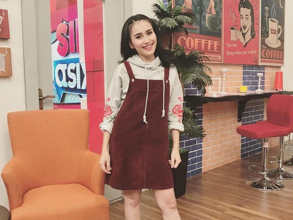 7 Gaya Ayu Ting Ting ala Korea Pakai Baju Mini & Kaus Kaki, Imut atau Aneh?
