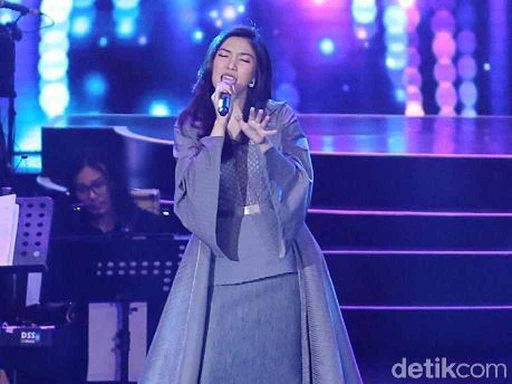Isyana Bendung Air Mata saat Bernyanyi di Tengah Hujan Penutupan Asian Games