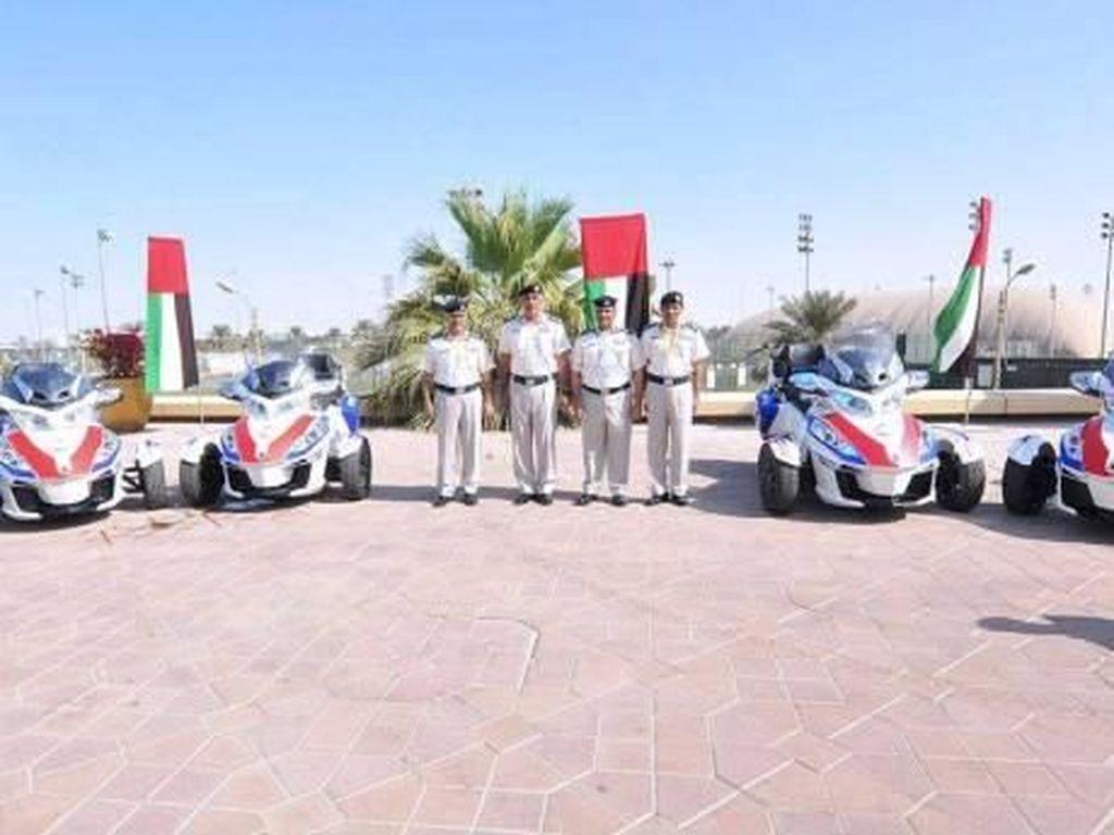 Ambulans Motor Roda Tiga Penakluk Gurun Pasir di Abu Dhabi