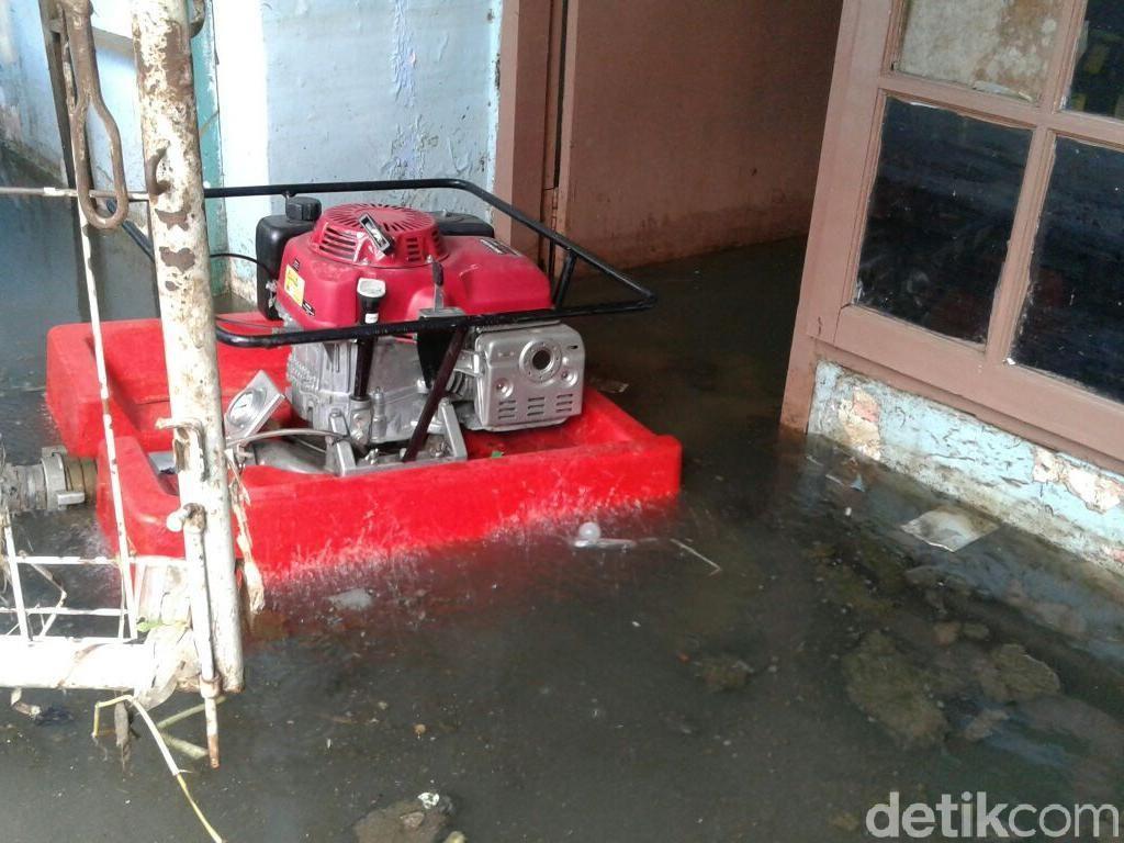Petugas Sedot Air dari Rumah Warga Jati Padang yang Kebanjiran