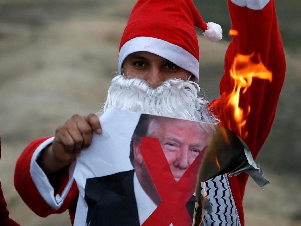 Foto: Sinterklas Bakar Foto Trump di Gaza