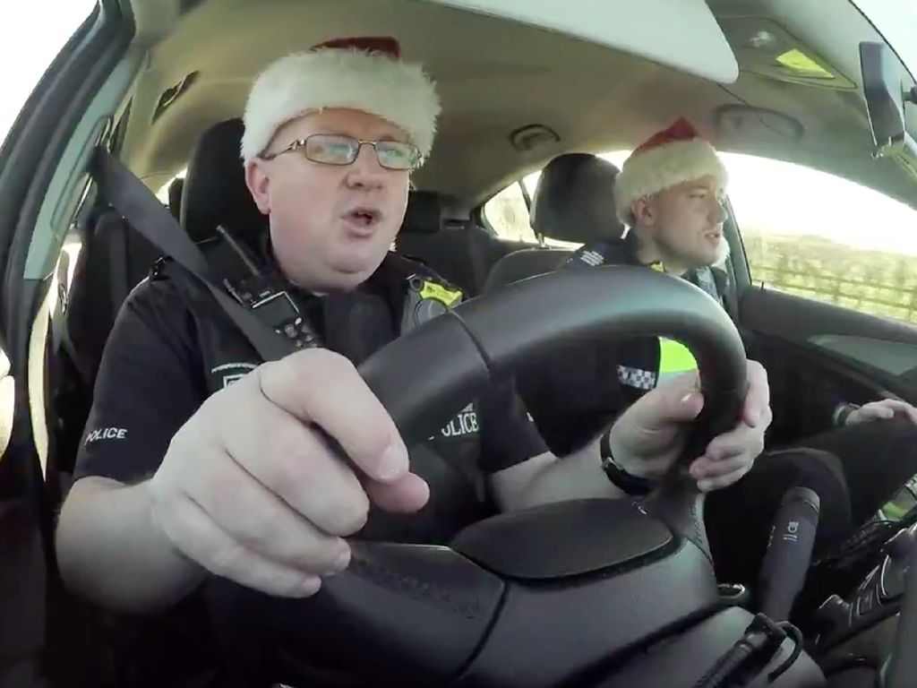 Foto: Berbagai Aksi Carpool Karaoke Ala Polisi Patroli