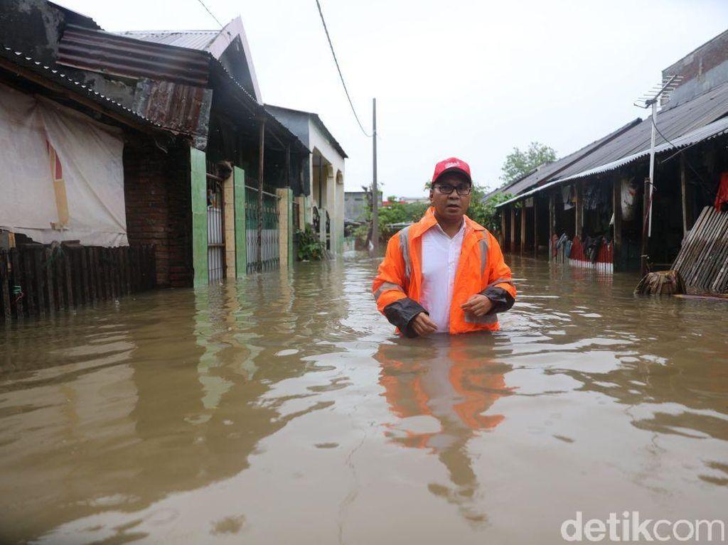 Wali Kota Makassar Basah-basahan Temui Warga Korban Banjir