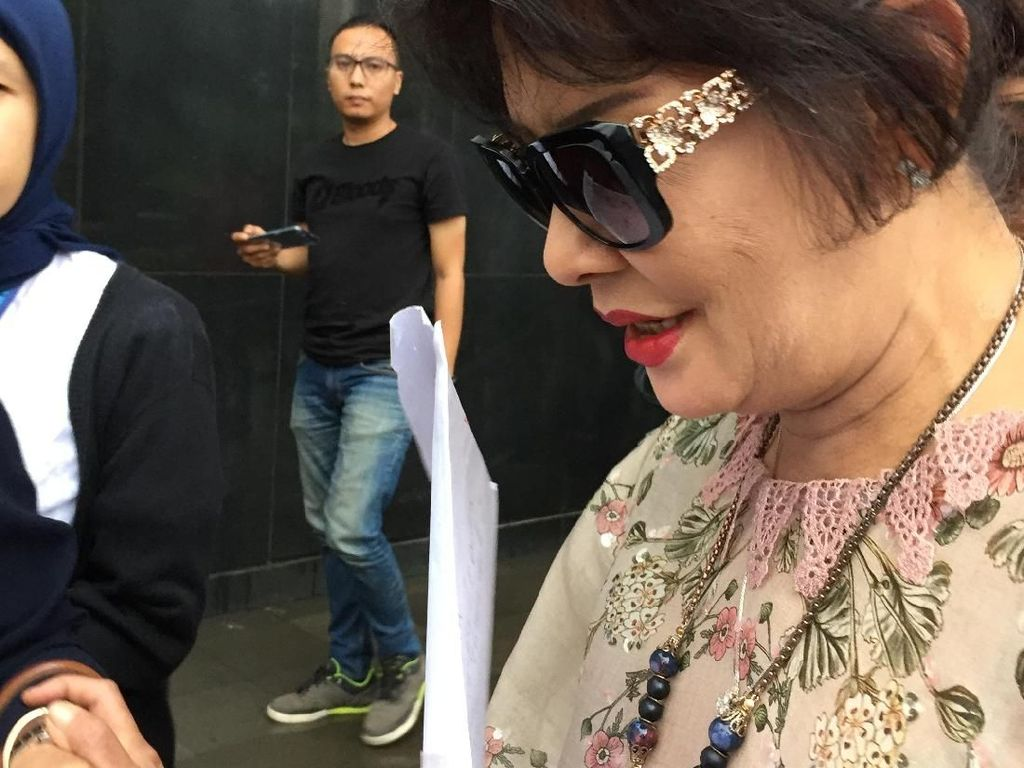 Foto: Berkacamata Hitam, Ini Gaya Mantan Istri Novanto di KPK
