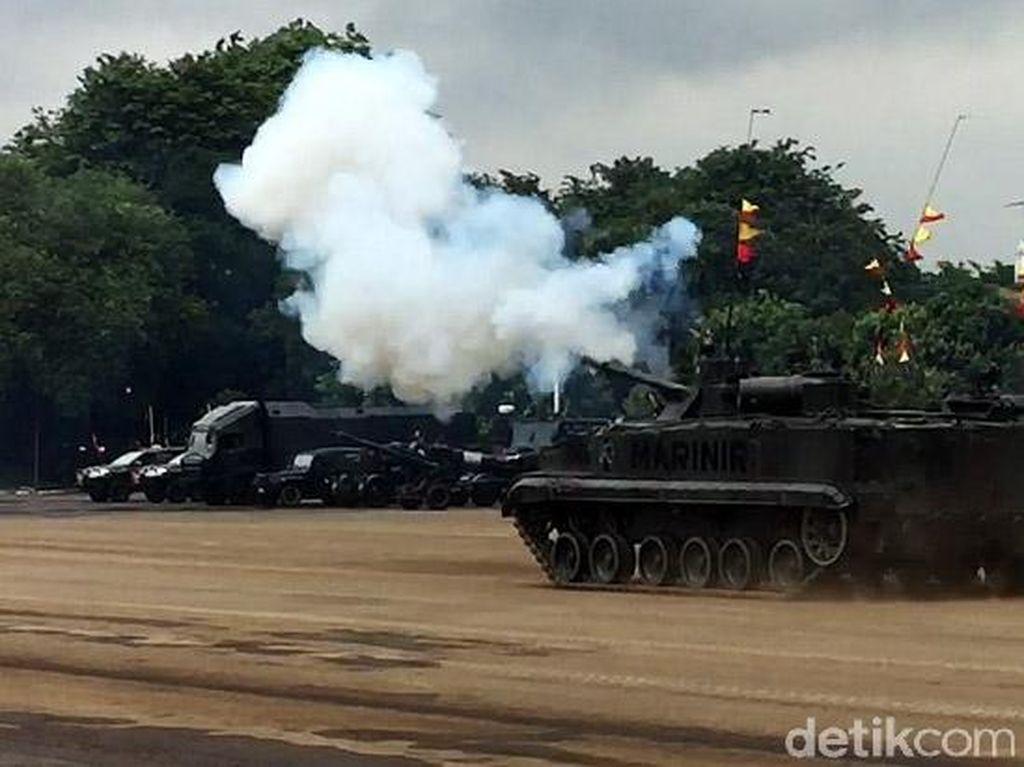 Tembakan Meriam dari Tank Marinir Sambut Marsekal Hadi