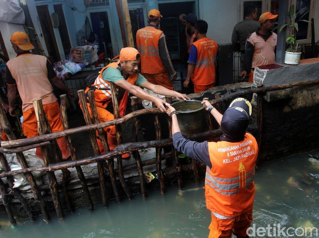 Melihat Perbaikan Tanggul Jati Padang yang Jebol
