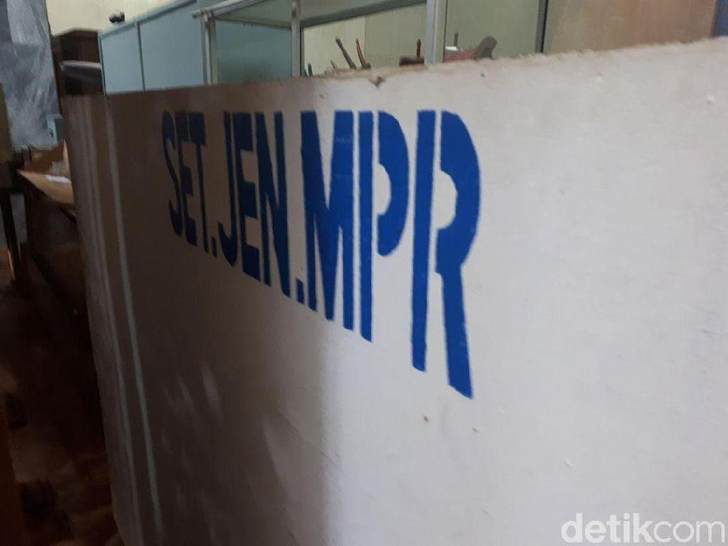 Foto: Tumpukan Barang-barang Tak Terpakai di Gedung Parlemen