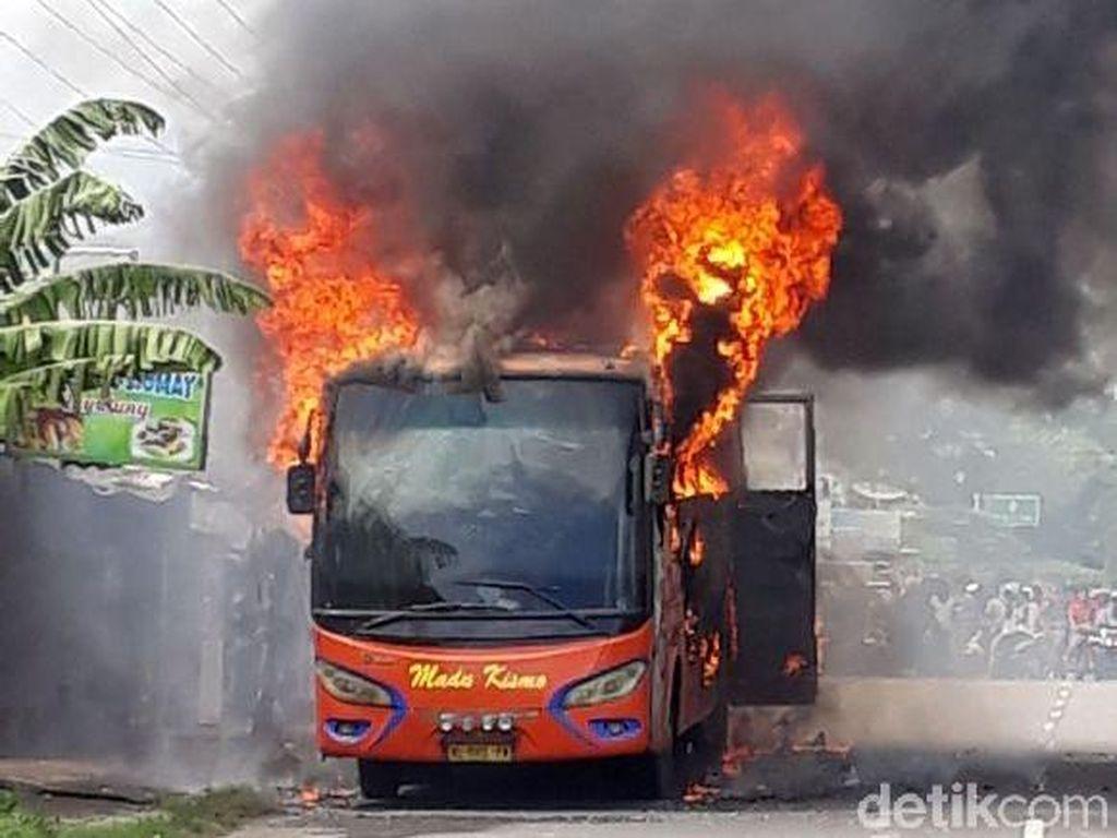 Bus Madu Kismo Dilalap Si Jago Merah di Pati