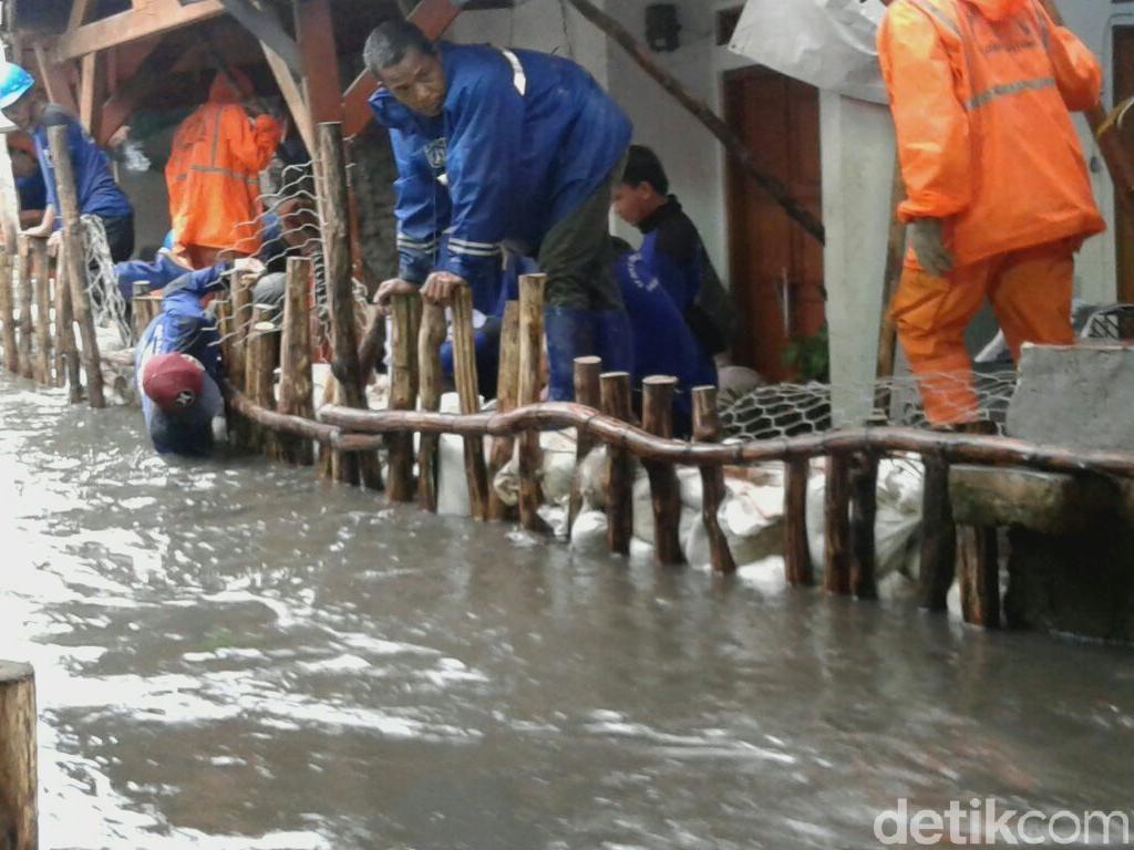 Tanggul Masih Diperbaiki, Warga Jati Padang Kebanjiran Lagi