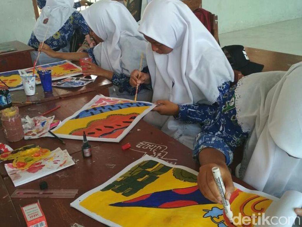 Di Lamongan, PNS dan Pelajar Pakai Batik Dua Hari