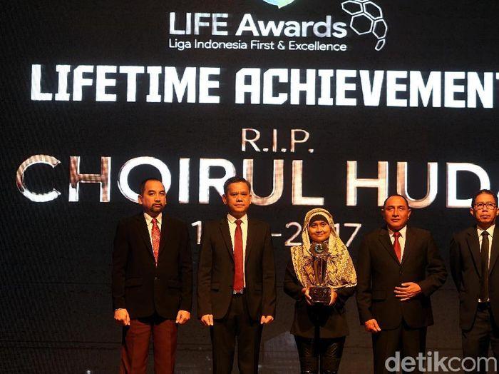 Anugerah untuk alm Choirul Huda (Foto: Rengga Sancaya/detikcom)