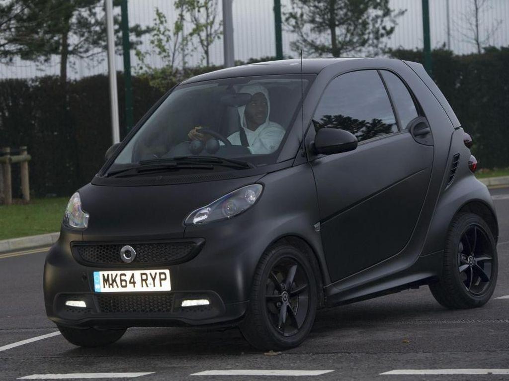 Pesepakbola Liga Inggris dengan Mobil Murahnya