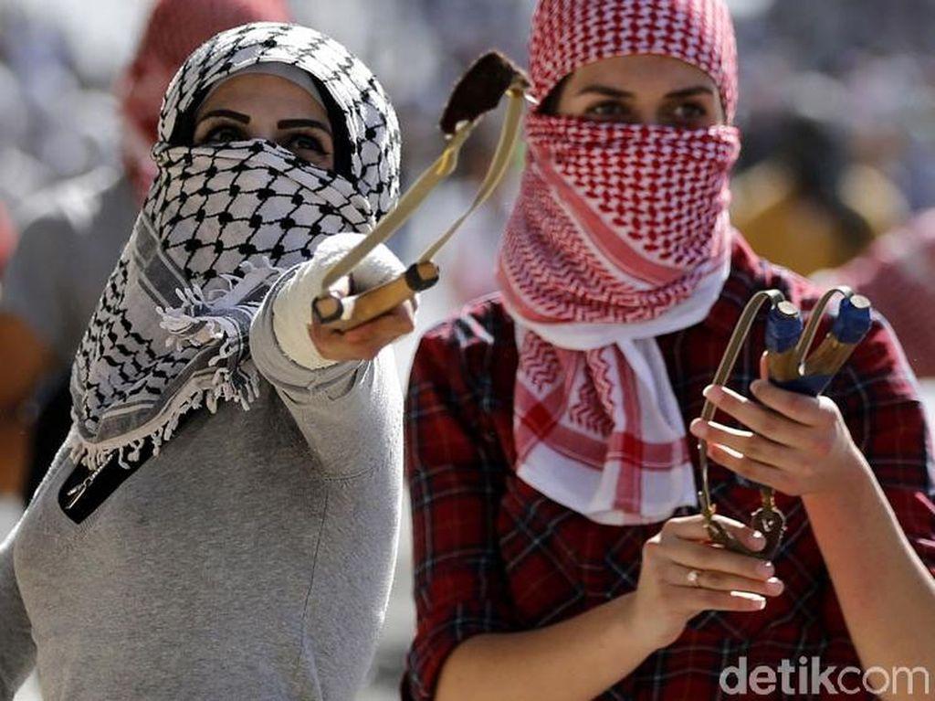 Pemuda Palestina Lawan Tentara Israel dengan Lemparan Batu