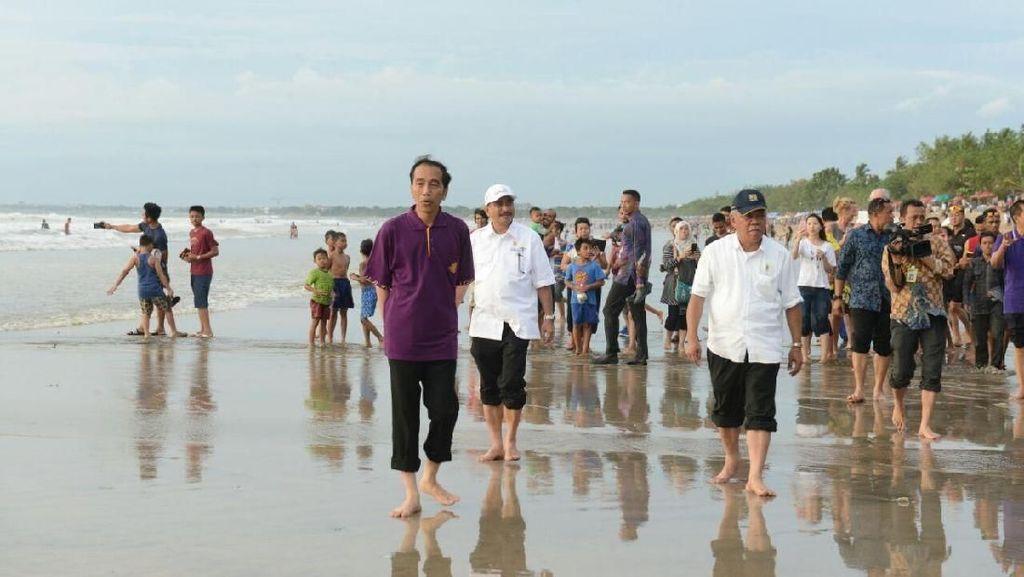 Foto: Gaya Santai Jokowi dan Menterinya Tinjau Pantai Kuta