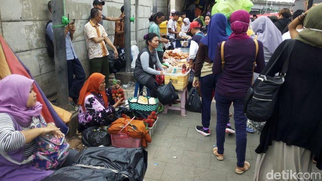 Foto: Sempat Steril, Trotoar Tanah Abang Lagi-lagi Diisi PKL
