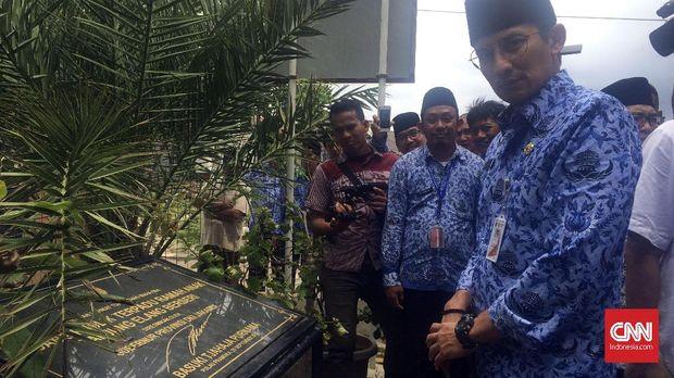 Wakil Gubernur DKI Jakarta Sandiaga Uno saat melihat tugu RPTRA Tanjung Elang Berseri di Pulau Pramuka, Kepulauan Seribu, yang ditandatangani oleh bekas Gubernur DKI Basuki Tjahja Purnama alias Ahok.