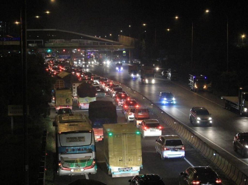 Tol Cikampek Arah Jakarta Macet, Contraflow Diberlakukan