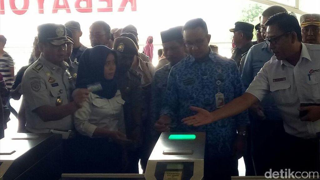 Foto: Pakai OK Oktrip, Begini Momen Anies Naik KRL ke Tanah Abang