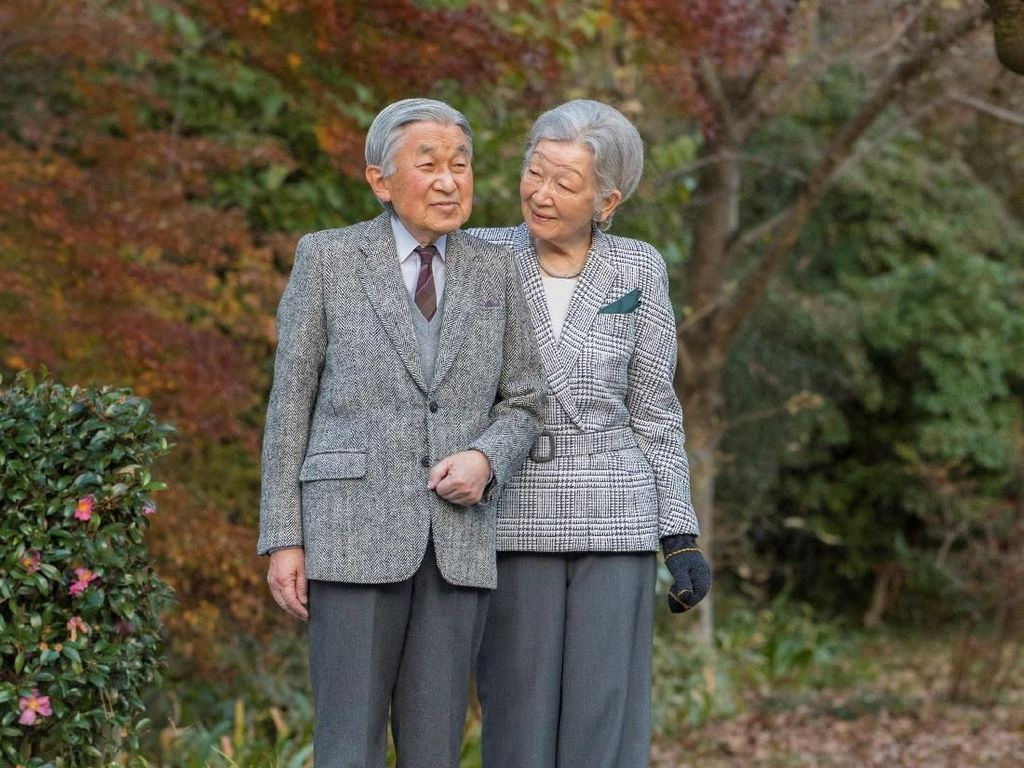 Potret Kemesraan Kaisar Akihito dan Ratu Michiko di Usia Senja