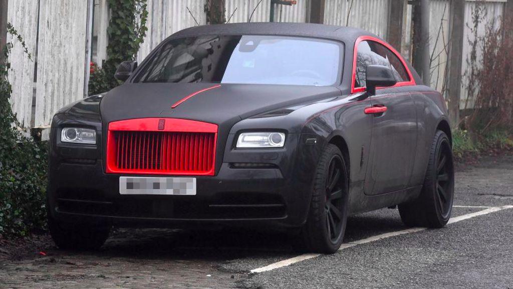 Romelu Lukaku Cat Rolls-Royce Miliknya dengan Warna Khas MU