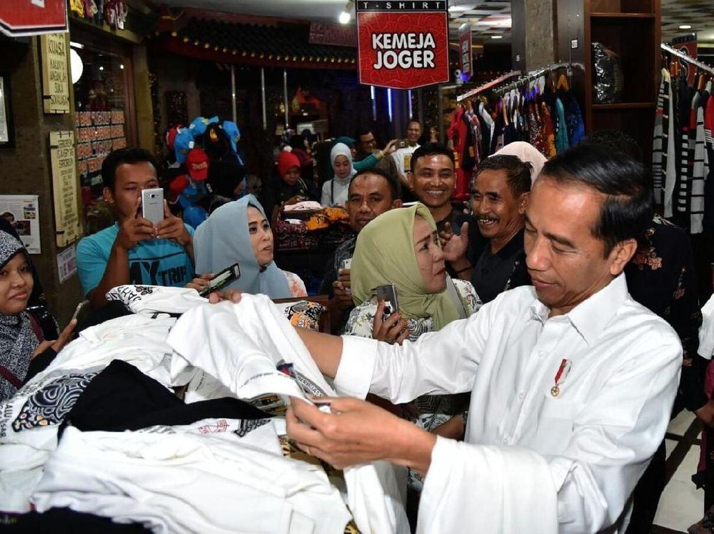 Foto: Gaya Mbah Jokowi Beli Oleh-oleh Buat Cucu di Bali