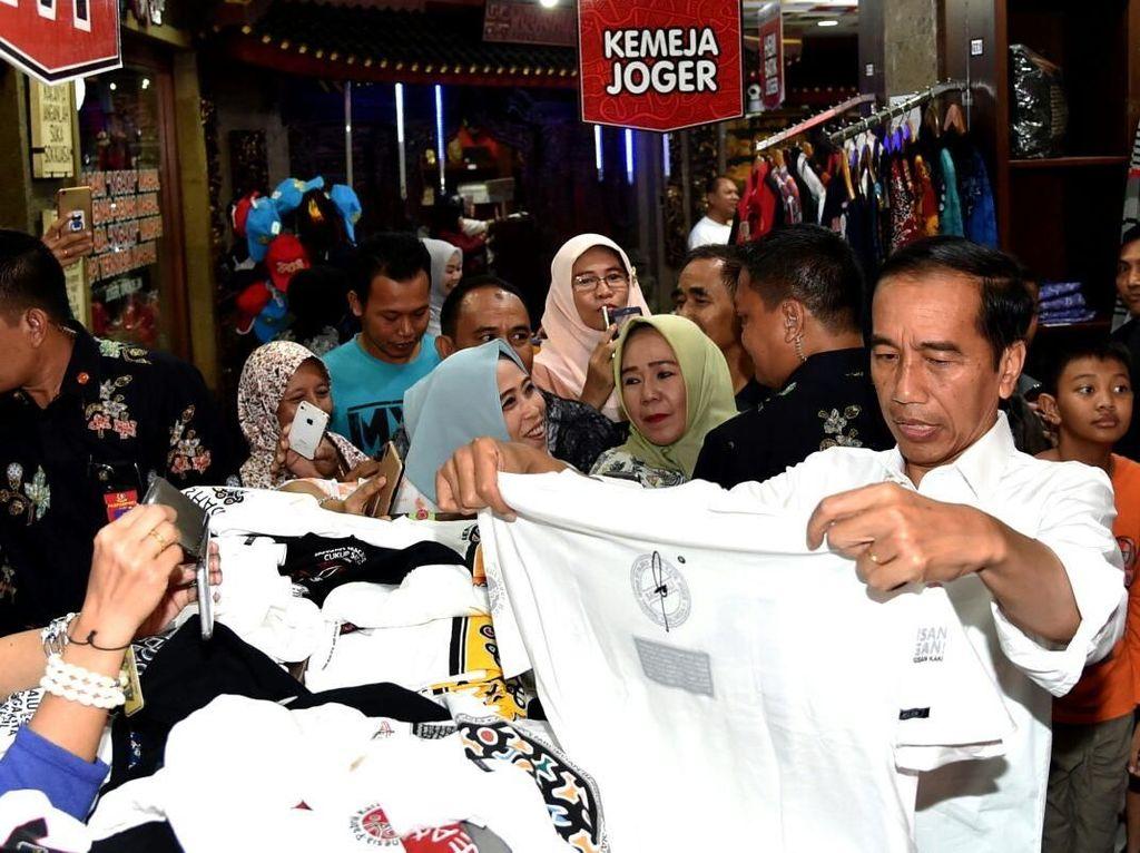Sayang Cucu, Jokowi Beli Oleh-oleh buat Ethes dari Bali